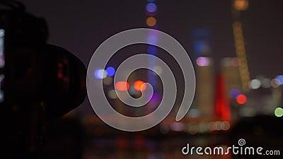 Ripresa della messa a fuoco dalla chiusura dello schermo della telecamera a Lit Shanghai Skyline, notturna, 4k stock footage
