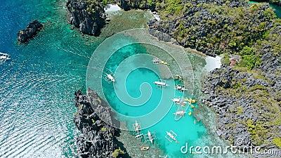 Riprese aeree in cerchio in alto e in basso della barca all'interno della piccola laguna di El-Nido, tour A, Palawan Filippine Im stock footage