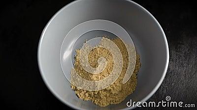 Riprese di oggetti Nel telaio c'è un piatto con polvere di zenzero Spezie, ingredienti per la cottura stock footage