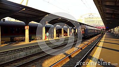 Riprese editoriali dei treni sulla piattaforma della stazione ferroviaria settentrionale di Bucarest Gara de Nord Bucarest a Buca stock footage