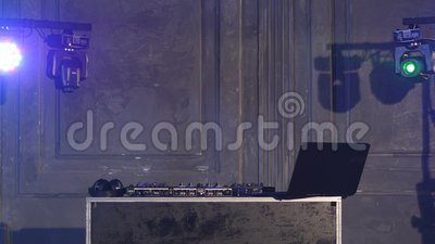 Riproduttore di CD e miscelatore del DJ in night-club video d archivio