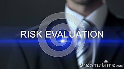 Risicobeoordeling, mens die pak wat betreft het scherm, analytisch onderzoek dragen stock video