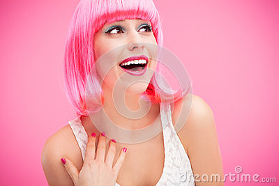 Riso cor-de-rosa da menina do cabelo