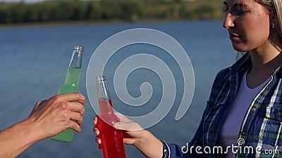 Ritiro di un paio di bottiglie di alcool sul fondo del lago archivi video
