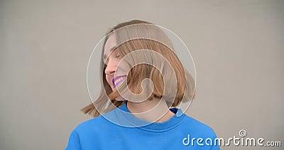 Ritratto del primo piano di giovane femmina dai capelli corti con rossetto porpora che sorride e che ride esaminando macchina fot stock footage