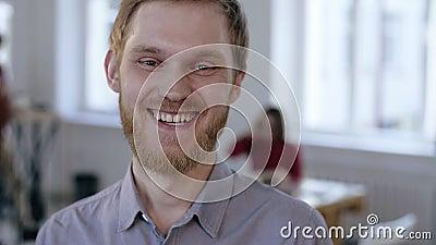 Ritratto del primo piano di giovane uomo d'affari europeo felice di finanza allegramente che sorride alla macchina fotografica ne stock footage