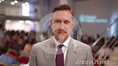 Ritratto dell'altoparlante caucasico, uomo di affari, riuscita azienda leader, dirigente aziendale sui precedenti del video d archivio