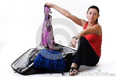 Giovane signora che prepara per un viaggio