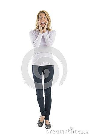 Ritratto della giovane donna stupita che grida