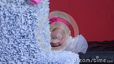 Ritratto di bambina al primo compleanno che gioca vicino al gigante numero uno a casa stock footage