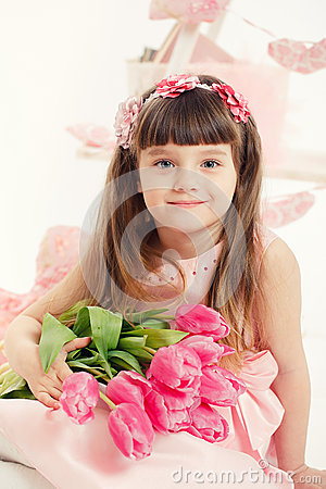 Ritratto di bella bambina con i fiori