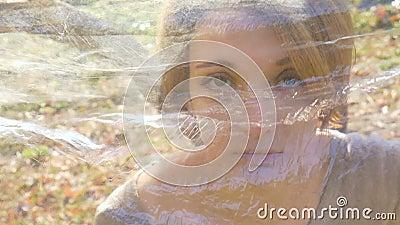 Ritratto di bella donna in polietilene Concetto di ecologia Bellezza naturale nel mondo della plastica stock footage