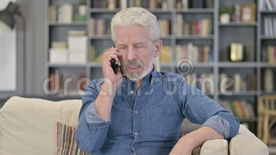 Ritratto di Cheerful Old Man che parla su Smartphone stock footage