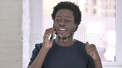 Ritratto di Cheerful Young African American Man che parla su Smartphone stock footage