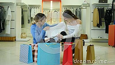 Ritratto di donne alla moda con un design elegante e alla moda che hanno un cartello di vendita argento nella boutique di moda e  video d archivio