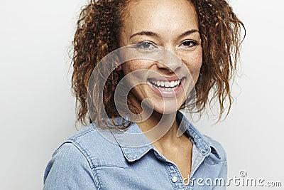 Ritratto di giovane donna in studio