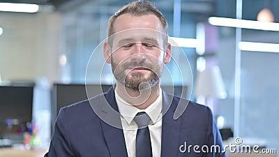 Ritratto di Handsome Business Man con segno della testina video d archivio