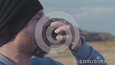 Ritratto di hipster con barba che beve tè da una ciotola all'aperto cerimonia del tè cinese video 4k 59 94 fps archivi video