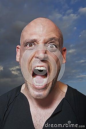Ritratto di un gridare dell uomo