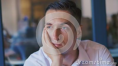 Ritratto di un uomo d'affari stanco morto in ufficio durante la depressione Concetto di problemi sul lavoro d'ufficio stock footage