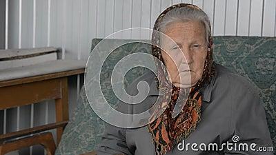 Ritratto di una donna anziana in una bandana marrone archivi video