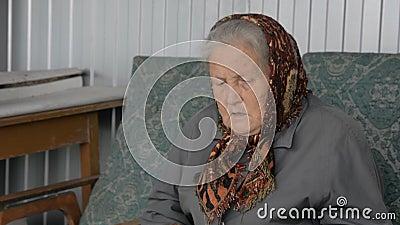 Ritratto di una donna anziana in una bandana marrone video d archivio