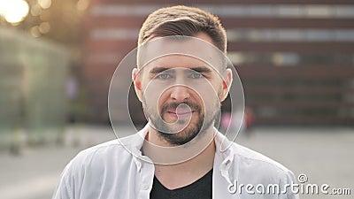 Ritratto in slow motion di un uomo caucasiano felice che sorride in città. Serie Real People stock footage