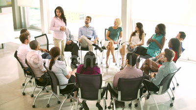 Riunione del gruppo di appoggio con la gente messa nel cerchio delle sedie stock footage