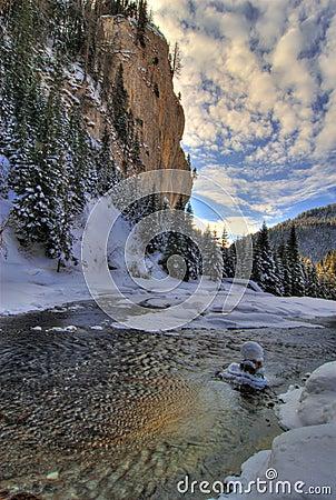 River sceniczna zimy.