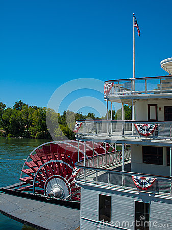 Free Riverboat Paddle Wheel In A River Royalty Free Stock Images - 32711559