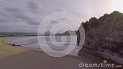 Rivier debouches in baai stock videobeelden