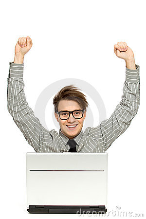 Ręk laptopu mężczyzna podnoszę używać