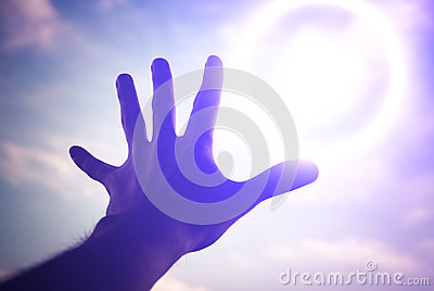 Ręka dosięga niebo w kierunku.