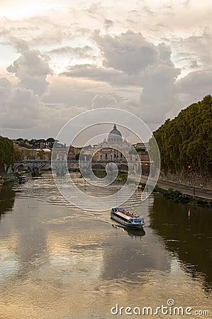 Río Tiber en la oscuridad