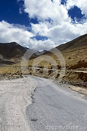 Road to mountains. Himalayan scenic