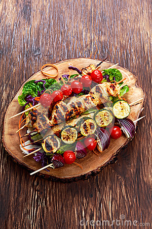 Free Roast Chicken Filet Kebab With Cherry Grilled On BBQ. Tomatoes, Zucchini And Red Onions On Bamboo Sticks Royalty Free Stock Photos - 71449268
