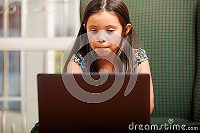 Robić pracie domowej na laptopie