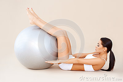Robić brzusznym mięśniom z sprawności fizycznej piłką