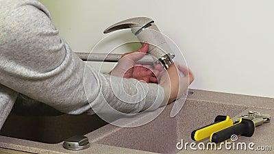 Robinet de fixation de femme sur l'évier de cuisine banque de vidéos