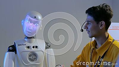 Robot divertente di umanoide con il fronte di esposizione che parla con la guida, mostra di tecnologia video d archivio
