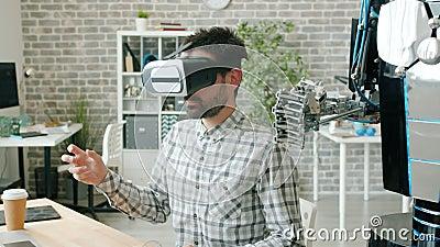 Robot se déplaçant les doigts comme un gars dans des lunettes de réalité virtuelle, machine à tester clips vidéos