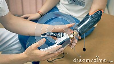 Robotachtig lidmaat, prothese Het bionische 3d gedrukte wapen van het meisjesgebruik voor het eerst 4K stock footage
