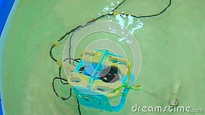 Robotachtige Aqua Bot Rover Swimming Pool stock video