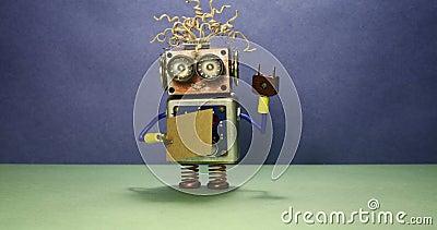 Roboten önskar att få ett jobb Den roliga leksakroboten som går med ett papptecken, och handskriven text behöver ett jobb Blå grä lager videofilmer