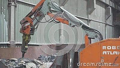 Roboter funktioniert in der Fabrik stock video