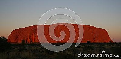Roca de Uluru Ayers en la puesta del sol Foto editorial