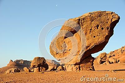 Roca equilibrada - monumento nacional de los acantilados bermellones