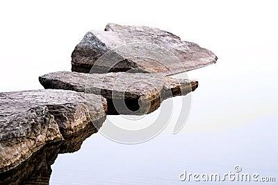 Rocas a lo largo de la línea de la playa