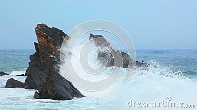 Roccia nell'oceano ed in grande Wave stock footage