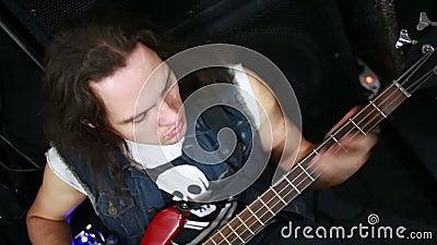 Rockmusiker, der Baß spielt stock video footage